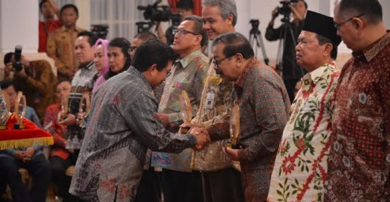 Develop successful APEX Bank, East Java Governor Receive Pioneer Award Inclusion Local Government Finance